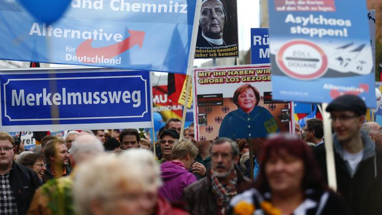 """""""Tarjeta Roja para Merkel"""": 5.000 personas se manifiestan en Berlín contra las políticas de asilo"""