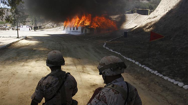 Soldados del Ejército mexicano queman marihuana y otras drogas, incautadas en Tijuana, 18 de agosto de 2015.