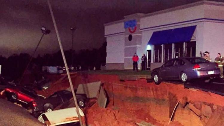Fotos: Un agujero de origen desconocido se 'traga' varios automóviles en Misisipi