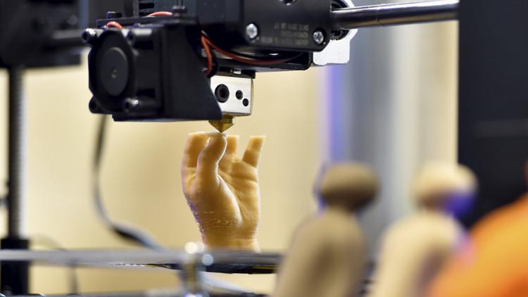 Una impresora 3D produciendo una mano artificial