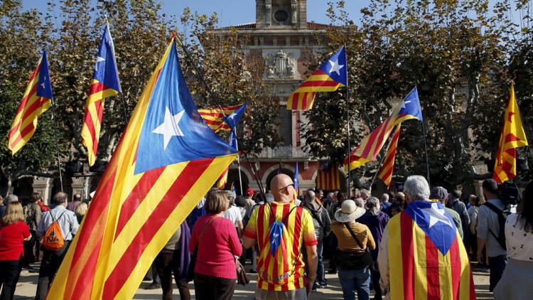 Partidarios de la independencia de Cataluña esperan los resultados de la votación en frente del Parlamento en Barcelona, el 9 de noviembre de 2015