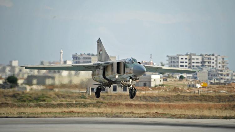 El avión MiG-23 de la Fuerza Aérea siria aterriza en la base aérea situada en las afueras de la ciudad de Hama
