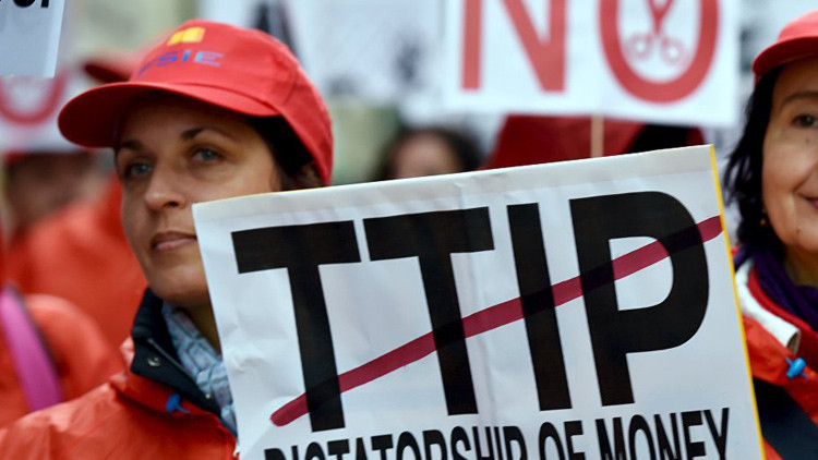 Una activista marcha en Bruselas contra la Asociación Transatlántica de Comercio e Inversión, la austeridad y la pobreza.