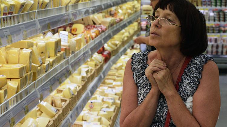 Una mujer en la sección de quesos del hipermercado Lenta en la ciudad de Novosibirsk (Rusia).