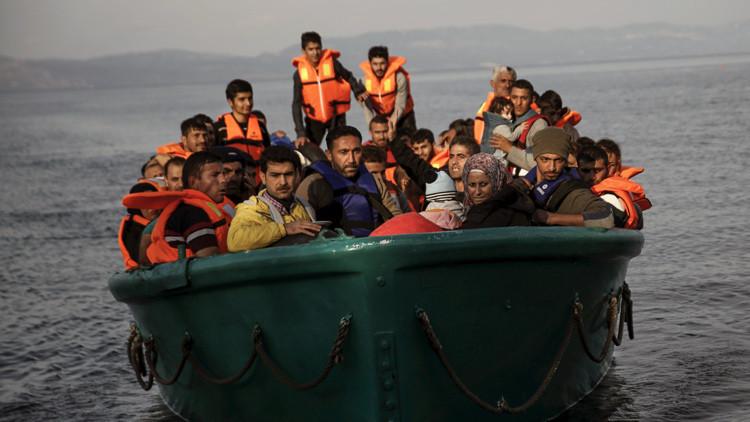 Refugiados y migrantes llegan en una embarcación sobrecargada a la isla griega de Lesbos