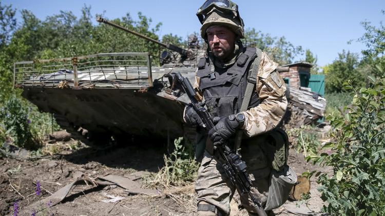 Un miembro de las patrullas de las fuerzas armadas ucranianas en la ciudad de Maryinka, en el este de Ucrania, el 9 de junio de 2015.