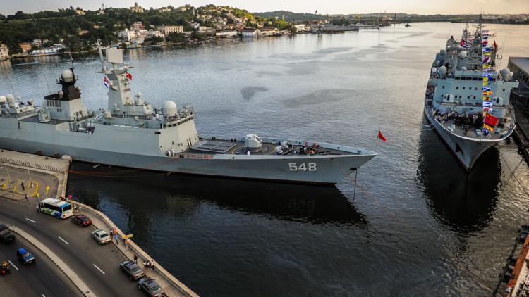 La fragata china 548 Yiyang y la nave de reabastecimiento 886 Qiandaohu en el puerto de La Habana el 10 de noviembre de 2015