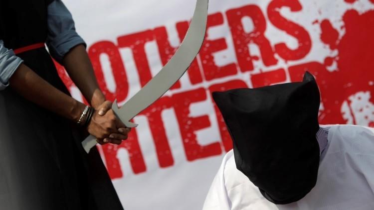 Video escalofriante: las autoridades sauditas decapitan a tres hombres en público