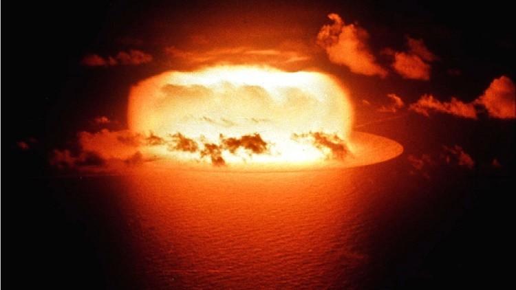 Explosión de prueba de la bomba atómica (Operación Redwing, Disparo Erie) en Atolón de Enewetak en 1956.