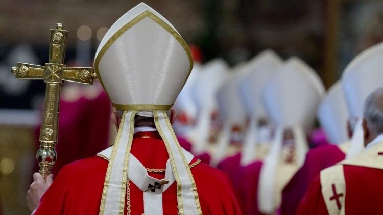 El papa Francisco celebra una misa ante cardenales y obispos.
