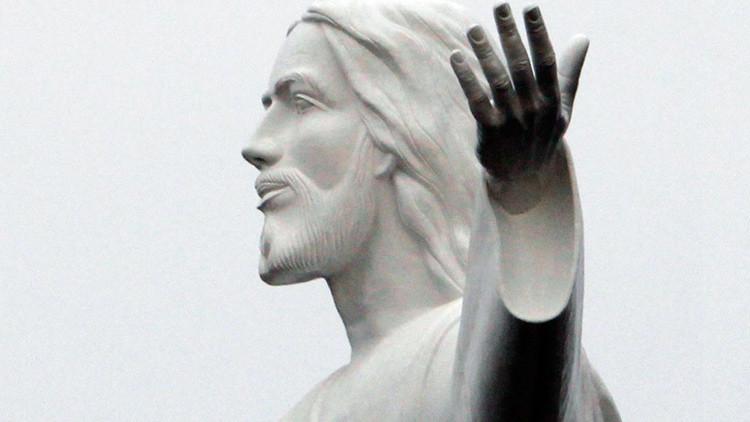 """""""¡Una estatua menos!"""": Un sacerdote francés destruye una figura de Jesús empujado por el estrés"""