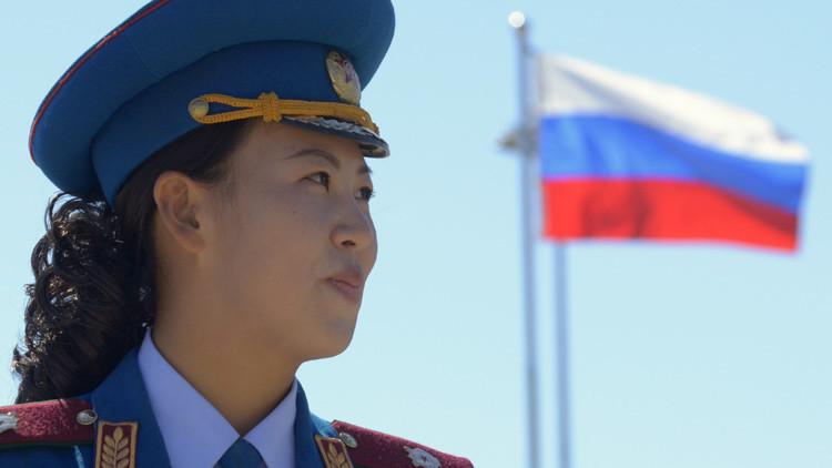 Militar norcoreana con la bandera rusa