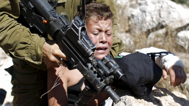 Un niño palestino detenido durante una protesta