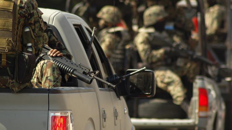Los soldados mexicanos patrullan las calles