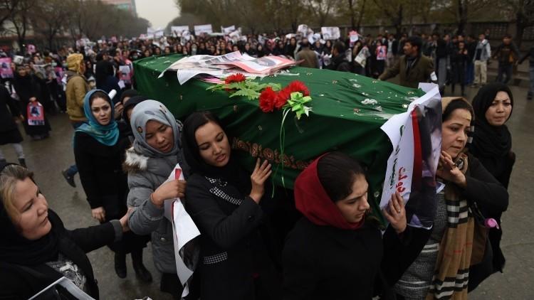 Mujeres llevan el ataúd de una niña decapitada