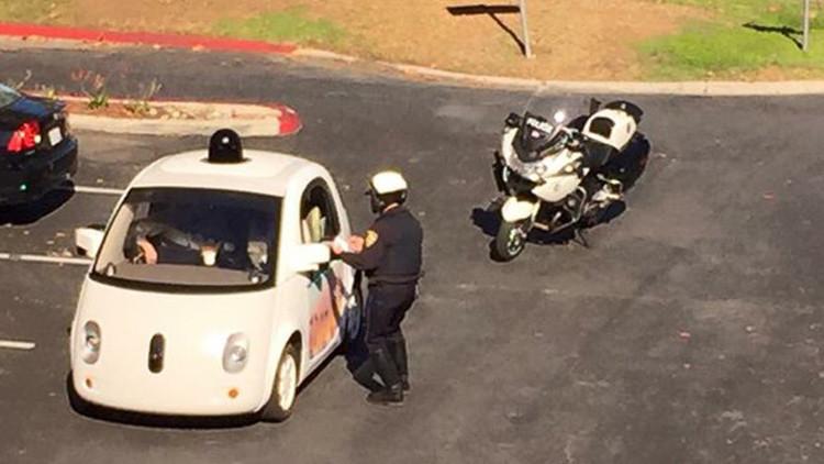 """""""¡Va demasiado lento!"""": coche sin conductor de Google desata la ira de la Policía"""