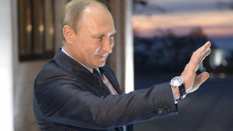 El presidente ruso, Vladímir Putin, saluda después de una reunión.
