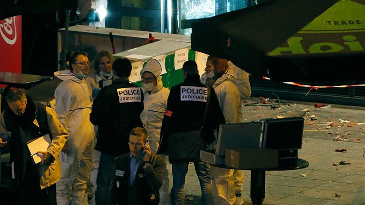 Investigadores trabajando delante de un bar cerca del Estadio de Francia.