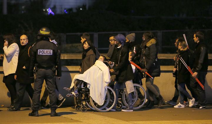 """Rehenes escapados: """"Ocho terroristas están matando a sangre fría en el teatro Bataclan"""""""
