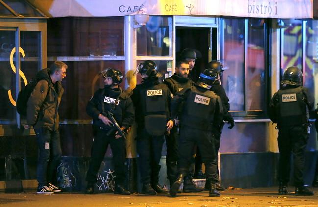 Reportan 5 explosiones en el teatro tomado por terroristas en París