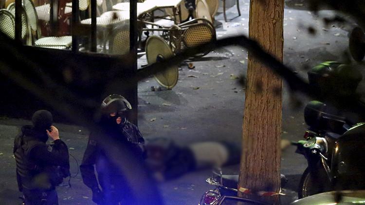 Un policía francés cerca de una víctima de Bataclan