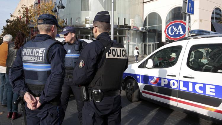 Policía francesa persigue un automóvil con pasajeros fuertemente armados