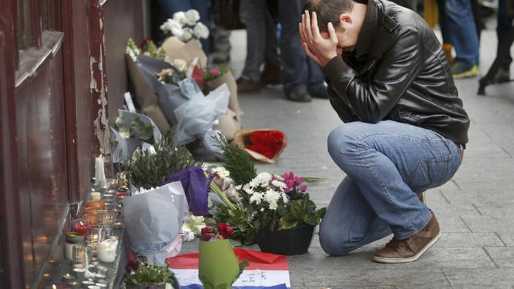 Un hombre reza después de una serie de ataques mortales en París