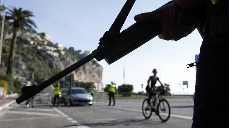 Un policía francés protege la frontera con Italia en la región de Menton.