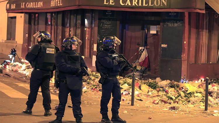 Policías reaccionan cerca del restaurante La Carillon tras una serie de ataques mortales en París, 15 de noviembre de 2015.