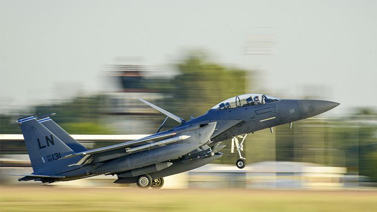Cazabombardero estadounidense  F-15E Strike Eagle toma tierra en la base Incirlik, Turquía, al terminar su misión contra el EI.