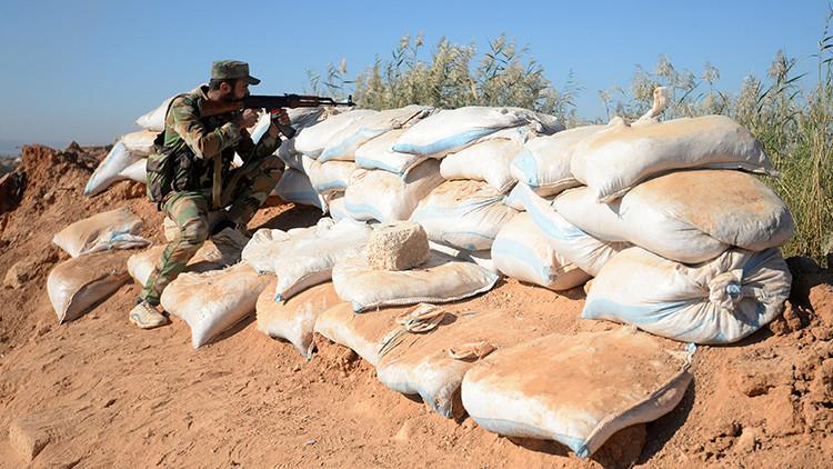 Soldado del Ejército sirio defendiendo la base de Kuveyris.