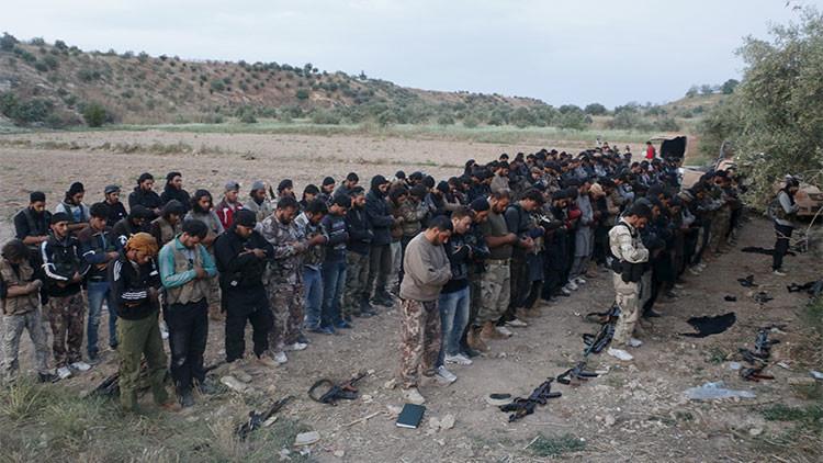 Militantes del Ejército Sirio Libre rezando