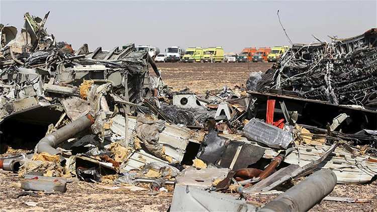 Restos del avión ruso A321 en el lugar del accidente, Egipto