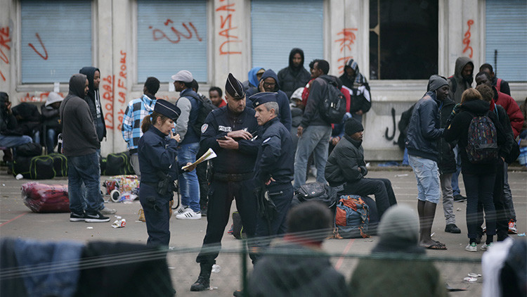 Tres policías franceses en el patio de la escuela secundaria Jean Quarre, un recinto que estaba abandonado y ocuparon cientos de inmigrantes, distrito XIX de París, Francia, 23 de octubre de 2015.