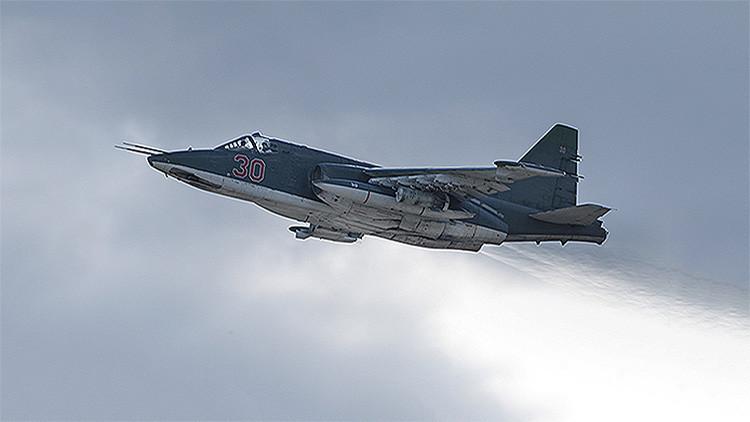 Un caza Su-25 ruso vuela durante una misión en Siria.