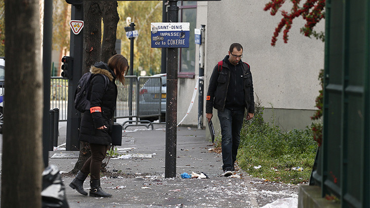 Investigadores de la Policía de París inspeccionan las inmediaciones del Stade de France tras los atentados del 13 de noviembre.