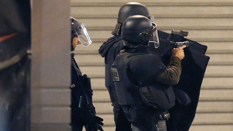 Fuerzas especiales de la Policía aseguran una zona mientras se producen disparos en Saint-Denis, Francia
