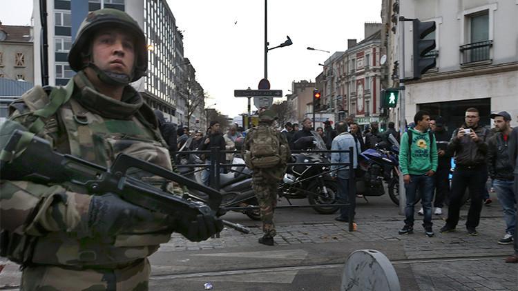 Soldados franceses aseguran la zona durante una operación antiterrorista en Saint-Denis.
