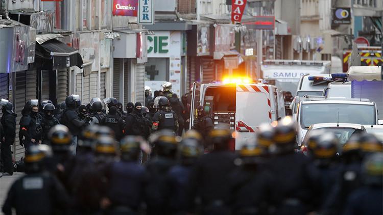 Policías franceses durante el operativo antiterrorista desplegado en el suburbio parisino de Saint-Denis, el 18 de noviembre 2015.