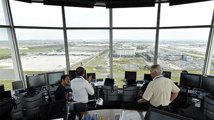 Torre de control principal del aeropuerto Charles De Gaulle de París.