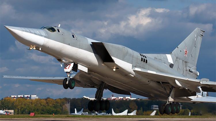 Un bombardero ruso Tu-22M3 se prepara para realizar una misión de combate.