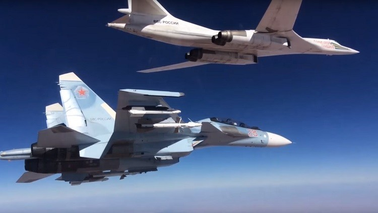 Tándem letal: Cazas rusos escoltan a un bombardero Tu-160 mientras lanza misiles de crucero