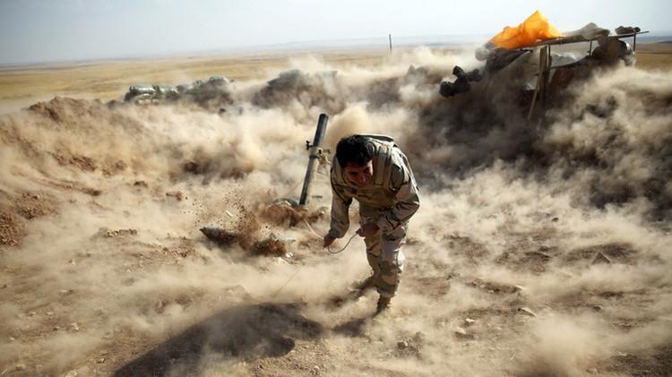 Un combatiente peshmerga kurdo lanza proyectiles de mortero hacia la ciudad de Zummar, controlada por el Estado Islámico (IS), cerca de Mosul
