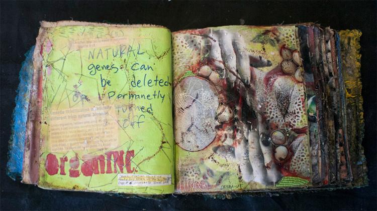 Un artista 'ataca' a Monsanto con un libro de conjuros