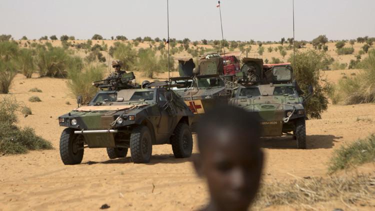 Soldados franceses patrullan la ciudad de Timbuktu, Mali.