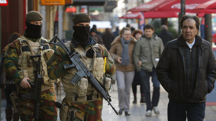 Soldados belgas patrullan el centro de Bruselas