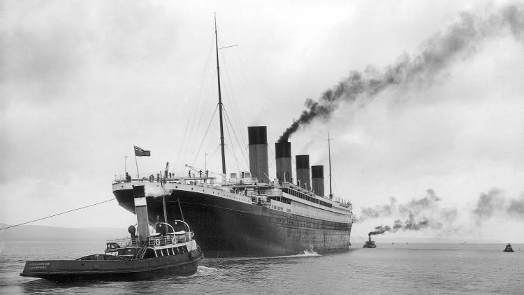El Titanic dejando el puerto en Belfast para unas pruebas en el mar el 2 de abril de 1912