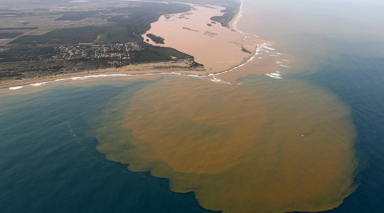 Catástrofe natural amenaza a Brasil: el lodo tóxico llega al océano Atlántico (Fotos)
