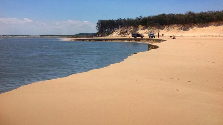 Video: Un agujero del tamaño de un campo de fútbol 'devora' una playa en Australia
