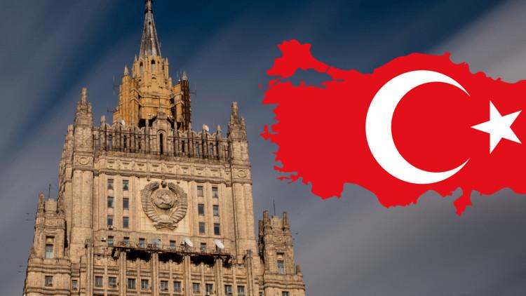 Sede del Ministerio de Relaciones Exteriores de Rusia en Moscú y bandera de Turquía